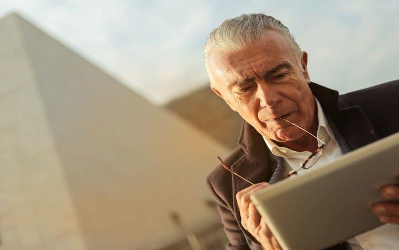 Starszy mężczyzna używający tableta