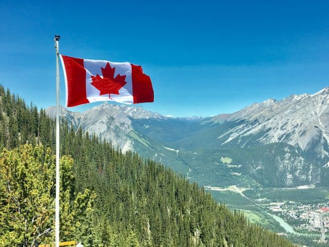 Kanadyjska flaga na szczycie góry