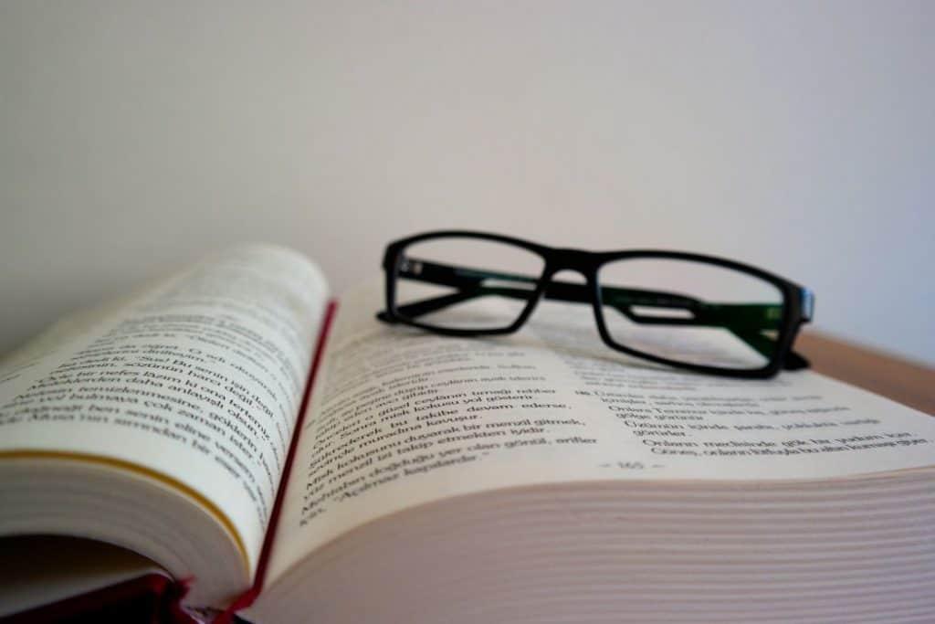 Zbliżenie na książkę i okulary