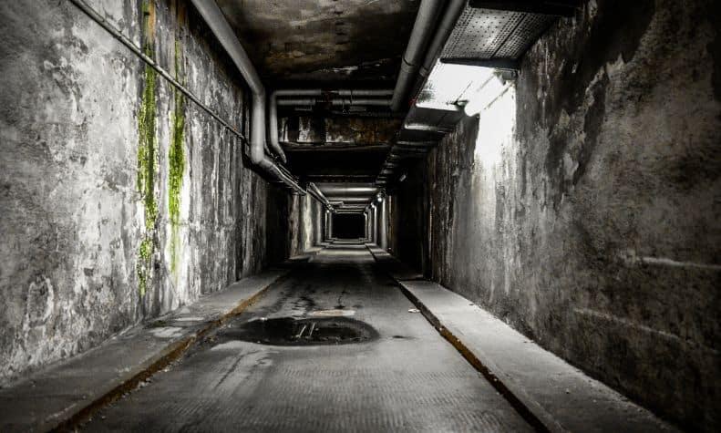 Przygnębiający korytarz opuszczonego budynku