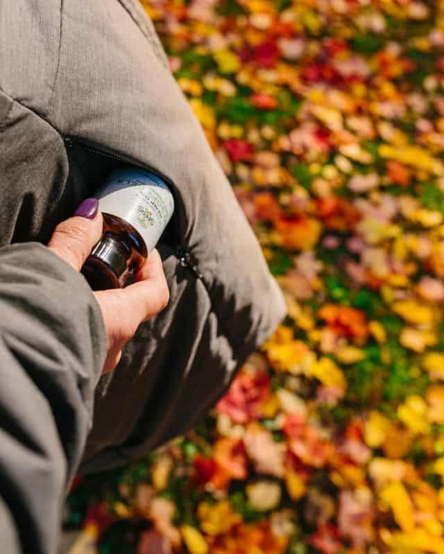 Osoba trzymająca buteleczkę z olejkiem