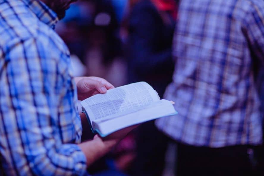 Osoba czytająca Biblię