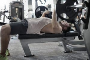 Mężczyzna trenujący się na siłowni
