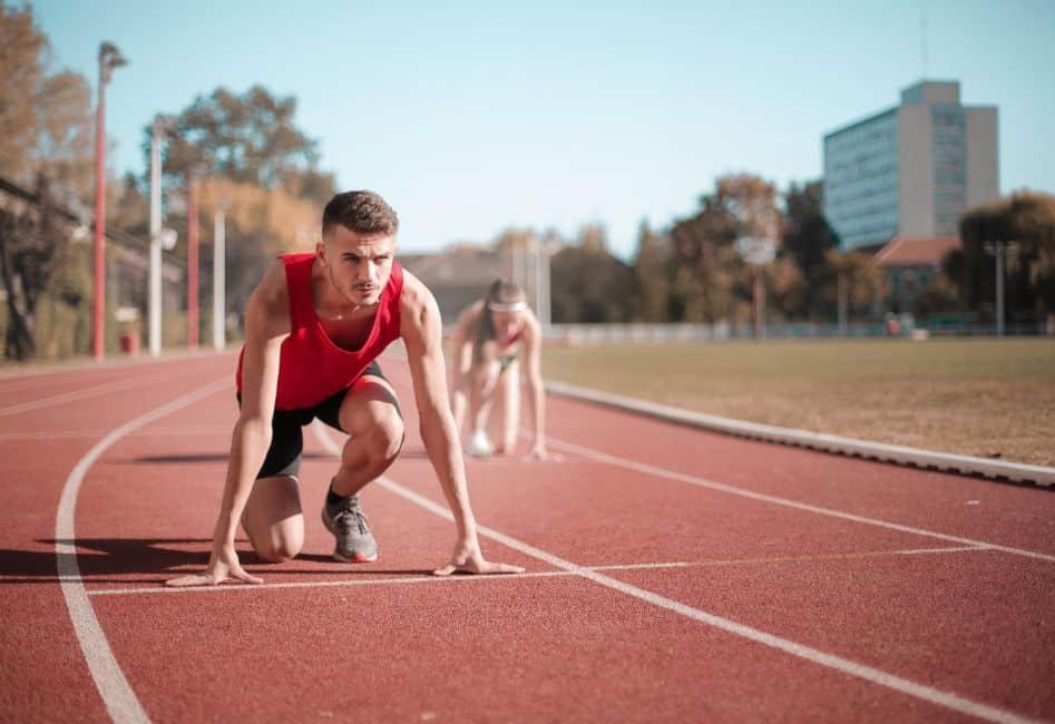 Mężczyzna przygotowujący się do biegu na bieżni