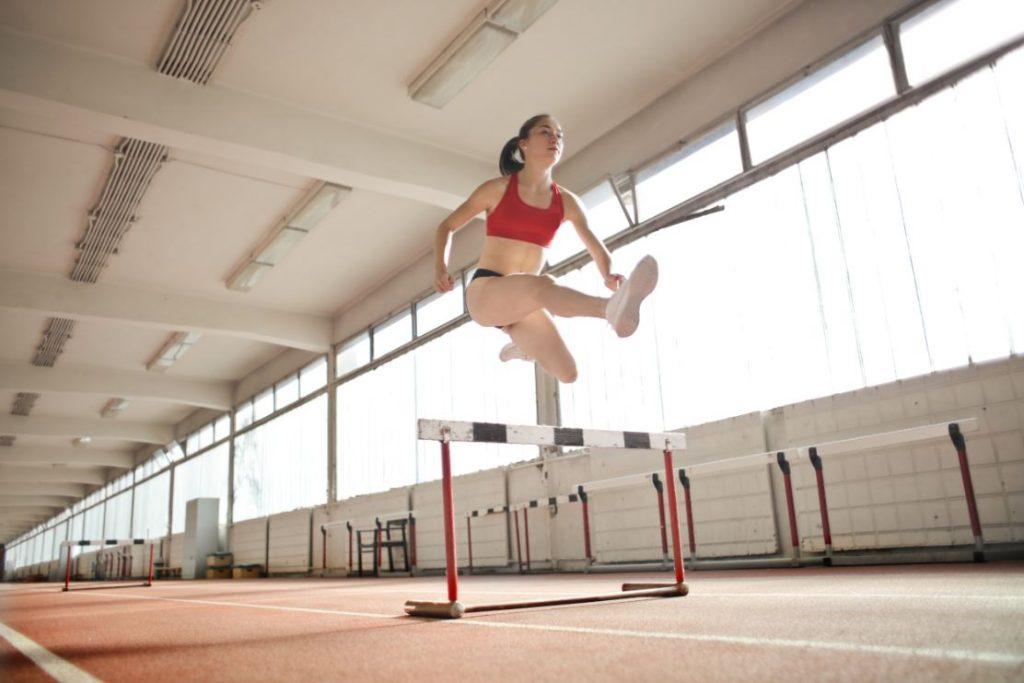 Kobieta skacząca przez płotki