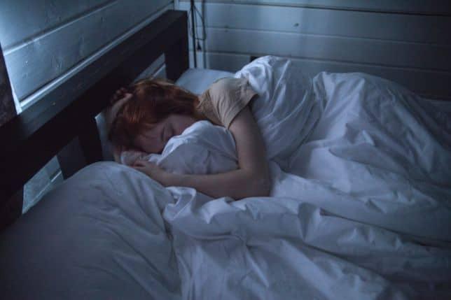 Śpiąca kobieta w półcieniu