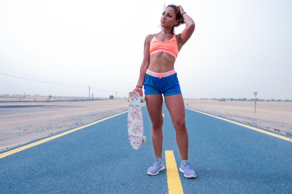 Kobieta w stroju sportowym na bieżni