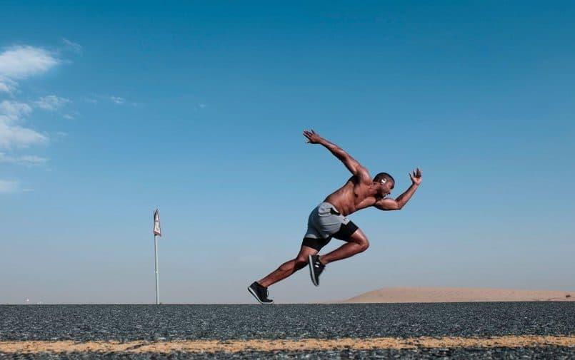 Czarny mężczyzna uchwycony w trakcie sprintu