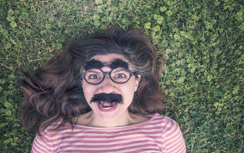 Dziewczyna w zabawnej masce