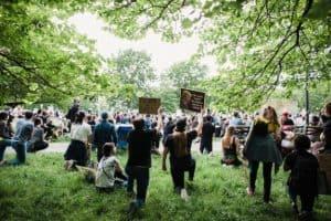 Tłum protestujących w parku