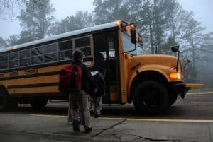 Szkolny żółty autobus