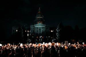 Ludzie zbierający się przed budynkiem kongresu w nocy