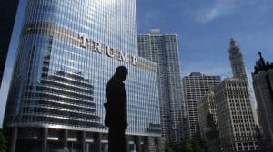 Pomnik niedaleko wieżowca Trumpa