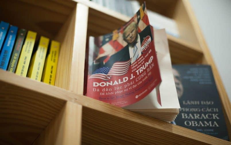 Książka z okładką z Donaldem Trumpem
