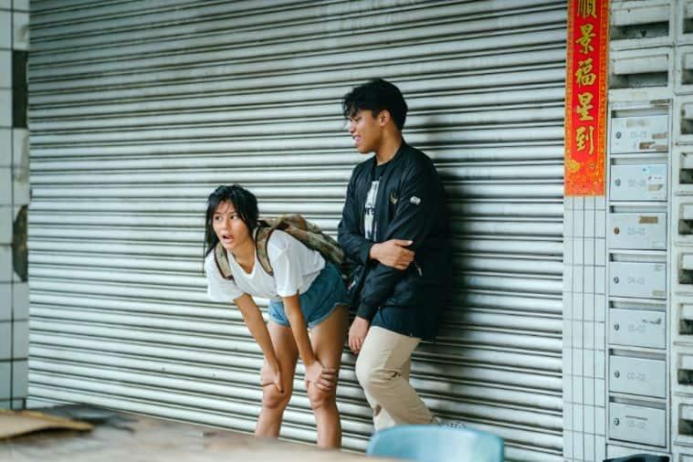 Dwoje nastolatków przed sklepem