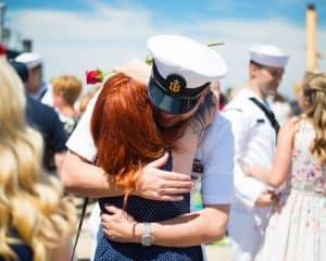 Weteran marynarki wojennej ściskający dziewczynę