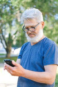 Starszy pan ze smartphonem
