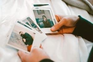 Osoba oglądająca zdjęcia
