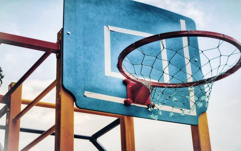Niebiesko brązowy kosz do koszykówki