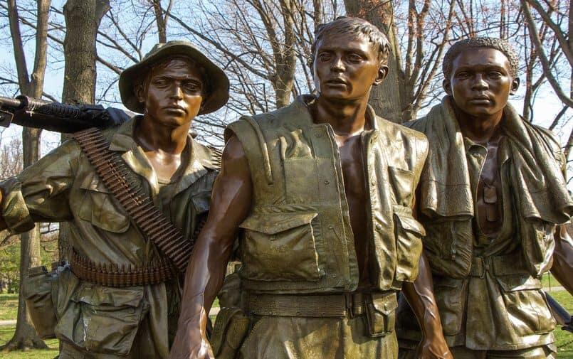 Brązowy posąg żołnierzy