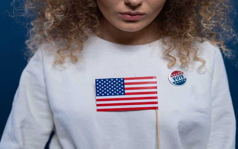 Kobieta w bluzie z amerykańską flagą