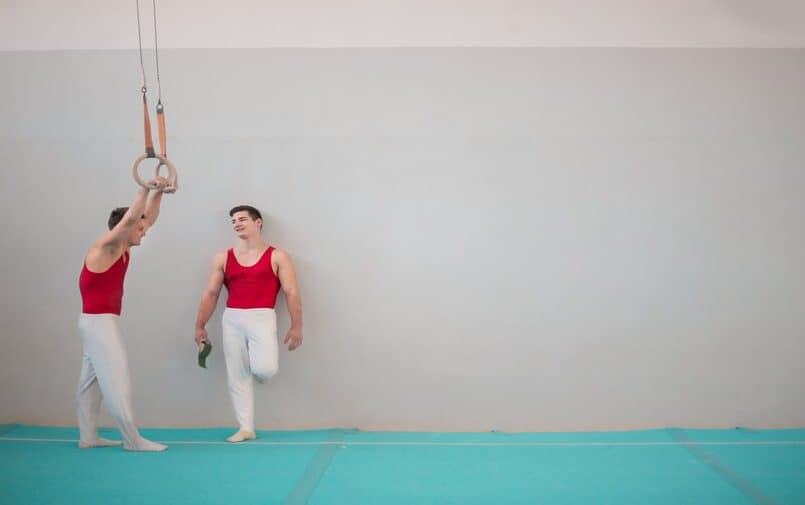 Gimnastycy rozmawiający w sali sportowej