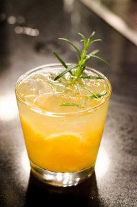 Szklanka z żółtym alkoholem