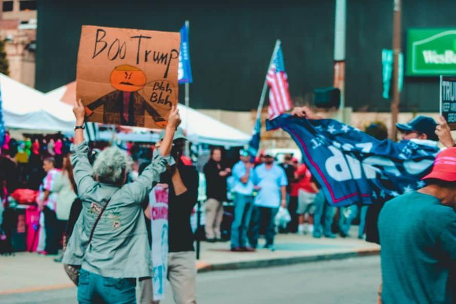 Kobieta z transparentem na manifestacji
