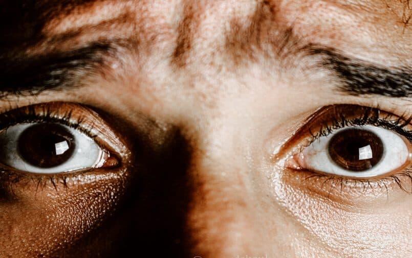 Oczy przerażonego mężczyzny