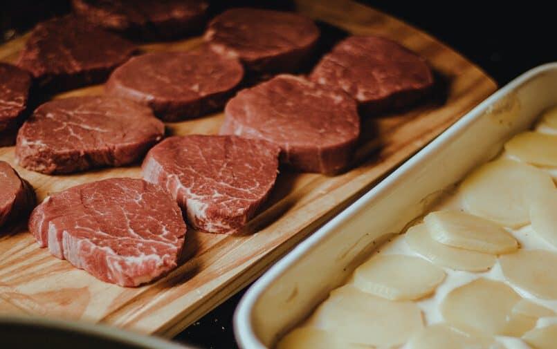 Mięso a drewnianej desce