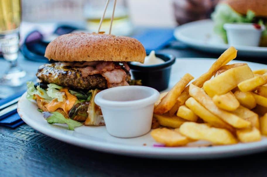 Talerz pełen niezdrowego jedzenia