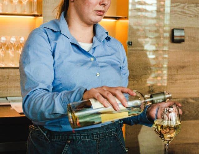 Kobieta przygotowująca drinka