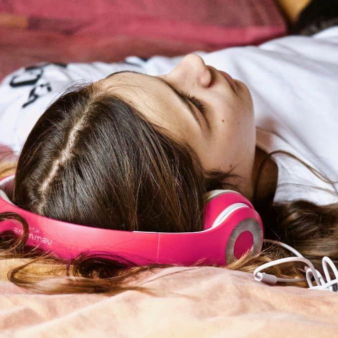 Nastolatka ze słuchawkami na uszach