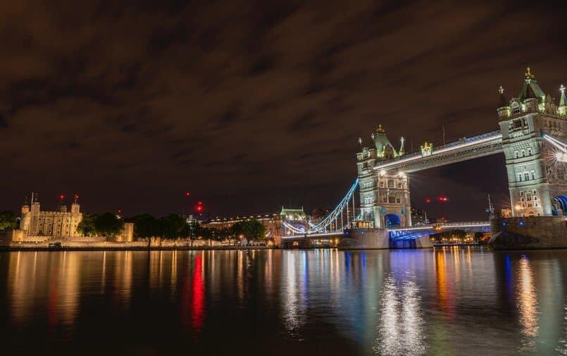 Nocne zdjęcie Londynu