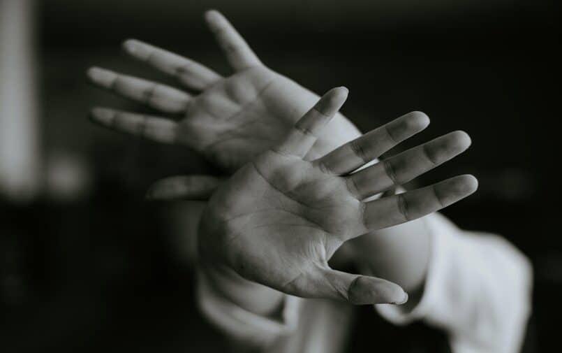 Osoba zakrywająca twarz rękoma