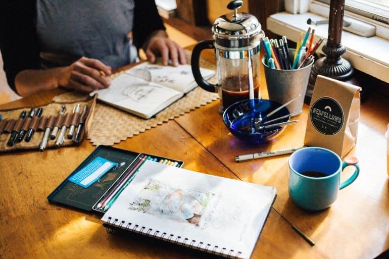 Biurko z przyborami w trakcie pracy