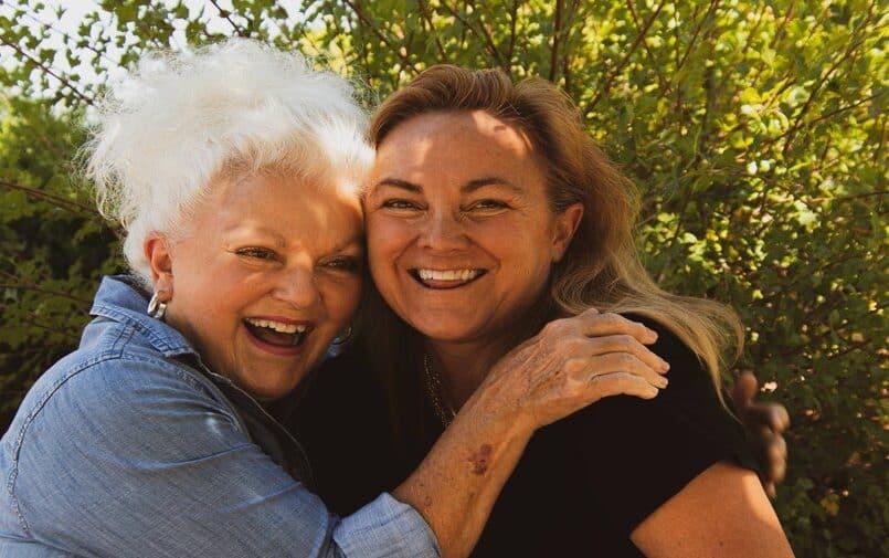 Dwie uśmiechnięte seniorki