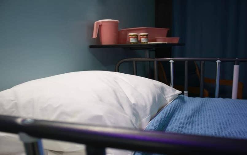 Łóżko w ciemnym pokoju