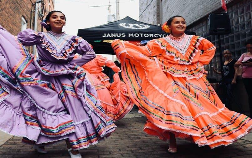 Meksykańskie kobiety w strojach ludowych