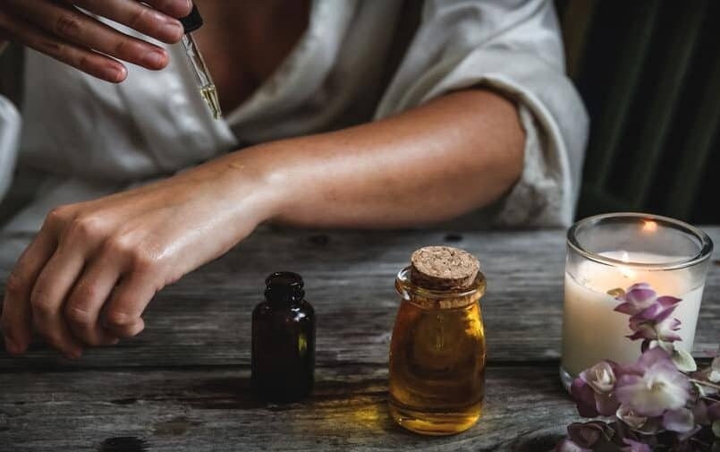 Nakładanie olejku CBD na skórę