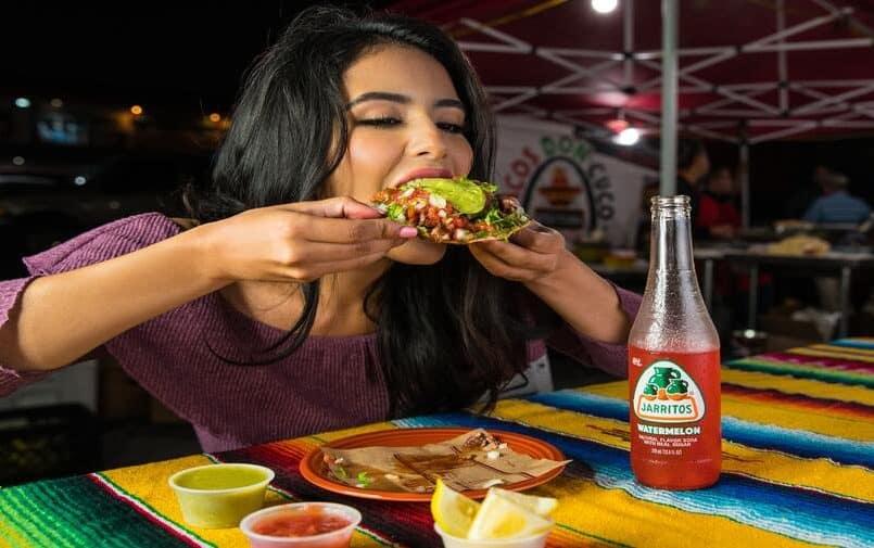 Jedząca dziewczyna
